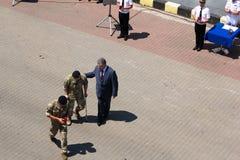 Odesa, Ucrânia - 3 de julho de 2016: O presidente Petro Poroshenko ajuda soldado ferido após a concessão Celebração do dia da mar Fotos de Stock