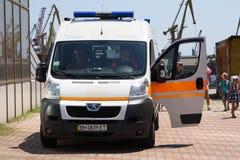 Odesa, Ucraina - 3 luglio 2016: Ambulanza sul pilastro di porto Celebrazione di giorno della marina Immagine Stock Libera da Diritti