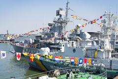 Odesa, Ucrania - 10 de julio de 2016: El HETMAN SAHAYDACHNY del acorazado atracó en el puerto durante fuerzas de la MARINA DE GUE Foto de archivo libre de regalías