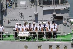 Odesa Ukraina - Juli 03, 2016: Besättningen av krigsskeppet 'Yuri Olefrienko' står på däcket och att förbereda sig att möta presi Arkivfoto