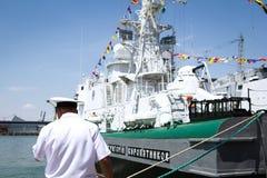 Odesa Ukraina - Juli 03, 2016: festliga sjö- flaggor på krigsskeppet Inskriften skeppet 'Grigory Kuropyatnikov Royaltyfri Bild