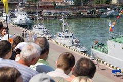 Odesa Ukraina - Juli 03, 2016: folk med flaggor på skeppsdockorna av den Odessa hamnstaden under ukrainsk MARINdag för beröm Arkivbild