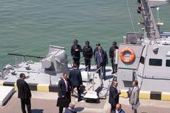 Odesa Ukraina - Juli 03, 2016: Presidenten Petro Poroshenko undersöker den nya krigsskeppet Marindagberöm Arkivfoto