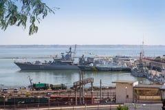 Odesa Ukraina - Juli 03, 2016: SlagskeppHETMANEN SAHAYDACHNY anslöt på port under styrkor för berömdagMARIN Arkivbilder