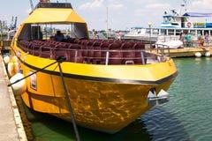Odesa Ukraina - Juli 03, 2016: Yachtklubba med parkerade skepp av olika modeller Gult nöjefartyg för turister Royaltyfri Bild
