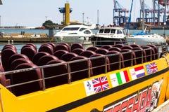 Odesa Ukraina - Juli 03, 2016: Yachtklubba med parkerade skepp av olika modeller Gult nöjefartyg för turister Royaltyfria Bilder