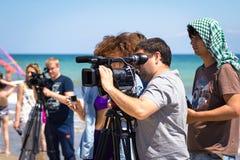 Odesa Ukraina - Juni 4, 2016: Man för TVkamera som filmar en strandsporthändelse Royaltyfri Foto