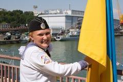 Odesa Ukraina, Lipiec, - 03, 2016: miedzianowłosa dziewczyna z flaga w żeglarza mundurze podczas świętowanie marynarki wojennej d Fotografia Stock