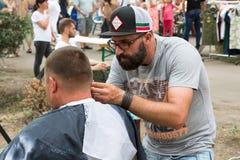 Odesa Ukraina, Sierpień, - 06, 2016: fryzjer męski ciie mężczyzna na ulicznym wydarzeniu Obrazy Stock