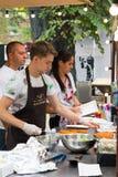 Odesa Ukraina, Sierpień, - 06, 2016: szef kuchni jest kulinarnym mięsem na ulicznym karmowym wydarzeniu Fotografia Stock