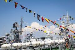 Odesa, Ukraine - 3 juillet 2016 : drapeaux navals de fête sur le navire de guerre La MARINE ukrainienne de célébration force le j Image stock