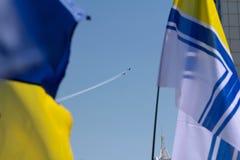 Odesa, Ukraine - 3. Juli 2016: Ukrainische Kriegsmarineflagge und Fliegenflugzeug Flugschau während der Feier des MARINE-Tages Stockbild