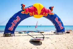 ODESA, UKRAINE - 4. JUNI 2016: Windsurfenwettbewerb Roter Stier Promobogen auf dem Strand Stockfoto