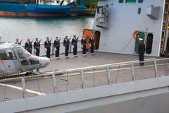 Odesa, UKRAINE - MÄRZ, 26, 2015: Seeleute vom französischen Kriegsschiff La Fayette lizenzfreies stockbild