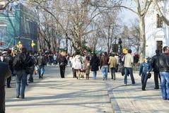 ODESSA, 1. April: Leuteweg innen im Stadtzentrum gelegen Lizenzfreies Stockfoto