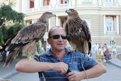 Odessa 24 Augustus: Een mens verkoopt een fotokans met wilde eagl Stock Foto's