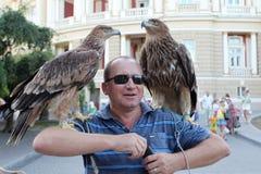Odessa 24 de agosto: Um homem vende uma oportunidade da foto com eagl selvagem Fotos de Stock