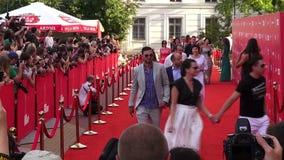 """Odessa, de Oekraïne †""""7 Juli 2014: Gasten Odessa International Film Festival op het rode tapijt bij de openingsceremonie stock footage"""