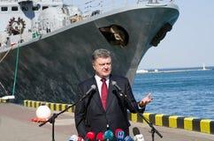 Odessa, de Oekraïne - 10 April, 2015: De President van de Oekraïne Petro Poroshenko controleerde de dienst van een militair frega Stock Foto