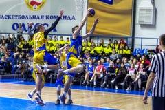 Odessa, de Oekraïne - Februari 16, 2019: De liga van de het basketbalschool van sportieve vakantiekinderen De tieners spelen bask stock afbeeldingen