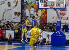 Odessa, de Oekraïne - Februari 16, 2019: De liga van de het basketbalschool van sportieve vakantiekinderen De tieners spelen bask royalty-vrije stock fotografie