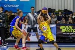 Odessa, de Oekraïne - Februari 16, 2019: De liga van de het basketbalschool van sportieve vakantiekinderen De tieners spelen bask royalty-vrije stock afbeelding
