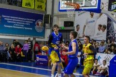 Odessa, de Oekraïne - Februari 16, 2019: De liga van de het basketbalschool van sportieve vakantiekinderen De tieners spelen bask stock fotografie