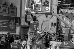Odessa, de Oekraïne - Februari 16, 2019: De liga van de het basketbalschool van sportieve vakantiekinderen De tieners spelen bask stock foto's