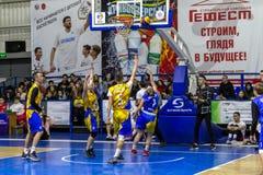 Odessa, de Oekraïne - Februari 16, 2019: De liga van de het basketbalschool van sportieve vakantiekinderen De tieners spelen bask royalty-vrije stock foto's