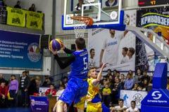 Odessa, de Oekraïne - Februari 16, 2019: De liga van de het basketbalschool van sportieve vakantiekinderen De tieners spelen bask stock afbeelding