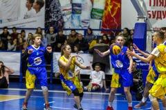 Odessa, de Oekraïne - Februari 16, 2019: De liga van de het basketbalschool van sportieve vakantiekinderen De tieners spelen bask stock foto