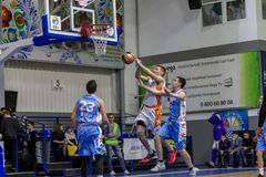 Odessa, de Oekraïne - Februari 16, 2019: De liga van de het basketbalschool van sportieve vakantiekinderen De tieners spelen bask royalty-vrije stock foto