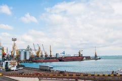 Odessa, de Oekraïne De haven van de Zwarte Zee met kranen en containers De haven van Odessa is de grootste Oekraïense zeehaven me stock foto