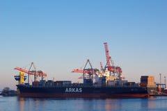 ODESSA, de OEKRAÏNE - JANUARI 02, Groot die de containerschip van 2017 in haven wordt leeggemaakt royalty-vrije stock foto