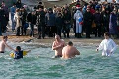 Odessa, de Oekraïne 19 JANUARI, 2012: --: Peopls die in ijskoud water de Zwarte Zee tijdens Epiphany zwemmen (Heilig Doopsel) Royalty-vrije Stock Afbeelding