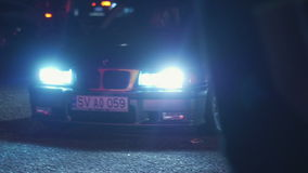 Odessa, de Oekraïne - Juli 16: Auto in dark op een weg stock videobeelden