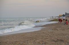 Odessa, de Oekraïne - Juli 29, 2014: Niet geïdentificeerde mensen die op het zandige strand van de Zwarte Zee in Odessa ontspanne Royalty-vrije Stock Foto