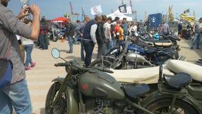 ODESSA, DE OEKRAÏNE - JUNI 11 2016: Fietsauto's en retro festival van het Rotsn Broodje Oude militair en de douane bouwt motorfie stock videobeelden