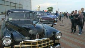 ODESSA, DE OEKRAÏNE - JUNI 11 2016: Fietsauto's en retro festival van het Rotsn Broodje Uitstekende die retro auto's in de USSR w stock video