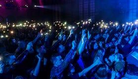 ODESSA, de OEKRAÏNE - Maart 23, 2019: de kijkers in auditorium van concertzaal ontmoeten emotioneel hun favoriete uitvoerders Pub royalty-vrije stock fotografie