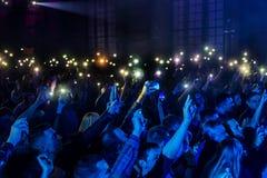 ODESSA, de OEKRAÏNE - Maart 23, 2019: de kijkers in auditorium van concertzaal ontmoeten emotioneel hun favoriete uitvoerders Pub royalty-vrije stock foto's