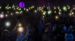 ODESSA, de OEKRAÏNE - Maart 23, 2019: de kijkers in auditorium van concertzaal ontmoeten emotioneel hun favoriete uitvoerders Pub stock afbeelding