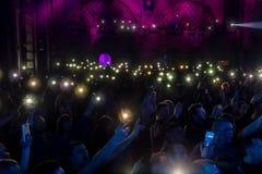 ODESSA, de OEKRAÏNE - Maart 23, 2019: de kijkers in auditorium van concertzaal ontmoeten emotioneel hun favoriete uitvoerders Pub royalty-vrije stock afbeelding
