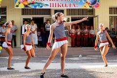 Odessa, de Oekraïne - September 1, 2015: De schoollijn is in schoolplein De Kennisdag in de Oekraïne, de groep van de Schooldans Royalty-vrije Stock Afbeeldingen