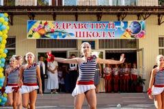 Odessa, de Oekraïne - September 1, 2015: De schoollijn is in schoolplein De Kennisdag in de Oekraïne, de groep van de Schooldans Royalty-vrije Stock Fotografie