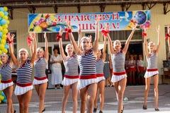 Odessa, de Oekraïne - September 1, 2015: De schoollijn is in schoolplein De Kennisdag in de Oekraïne, de groep van de Schooldans Royalty-vrije Stock Foto