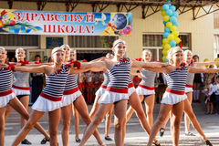 Odessa, de Oekraïne - September 1, 2015: De schoollijn is in schoolplein De Kennisdag in de Oekraïne, de groep van de Schooldans Stock Afbeelding