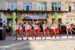 Odessa, de Oekraïne - September 1, 2015: De schoollijn is in schoolplein De Kennisdag in de Oekraïne, de groep van de Schooldans Stock Foto's