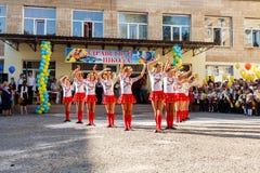 Odessa, de Oekraïne - September 1, 2015: De schoollijn is in schoolplein De Kennisdag in de Oekraïne, de groep van de Schooldans Stock Fotografie
