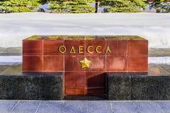 Odessa--dname der Stadt auf dem Granitblock auf der Gasse von Heldstädten nahe der der Kreml-Wand Moskau, Russland Stockbilder